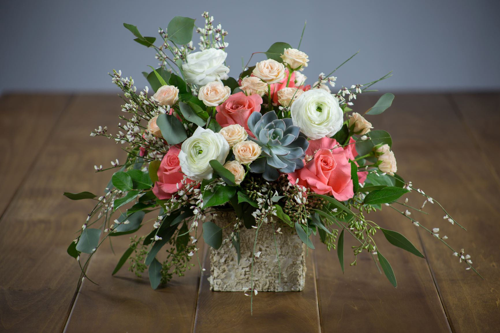 Centerpiece with white and pink flowers